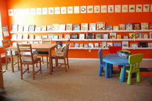 orange-room-and-neat-book-display